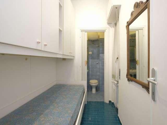 Camera in appartamento con 3 camere da letto in Appio Latino, Roma