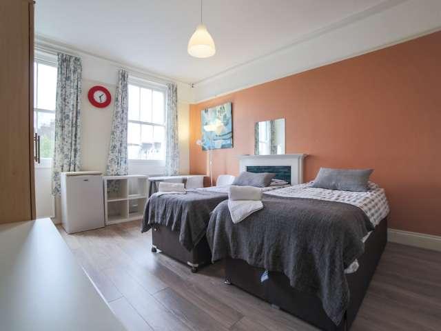 Spacious room to rent in 4-bedroom apartment in Kensington