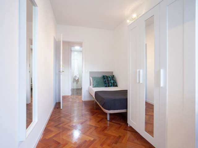 Relaxed room for rent in 10-bedroom flat in Ciudad Lineal