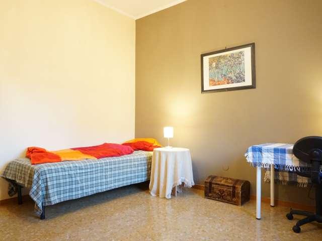 Classic room for rent, 6-bedroom apartment, Navigli