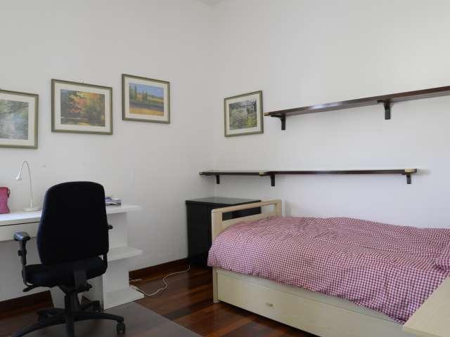 Sunny room in 3-bedroom apartment in Lorenteggio, Milan