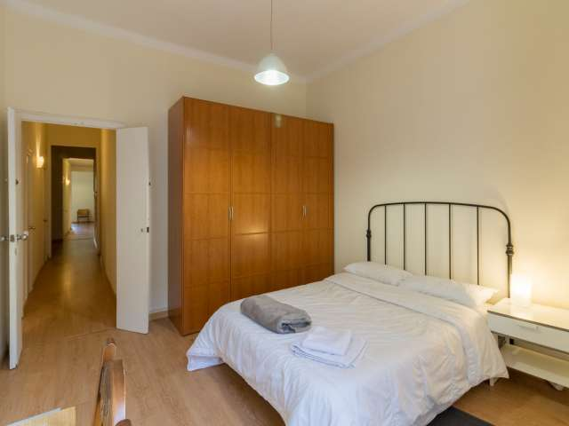 Bright room for rent in 5-bedroom apartment in Eixample