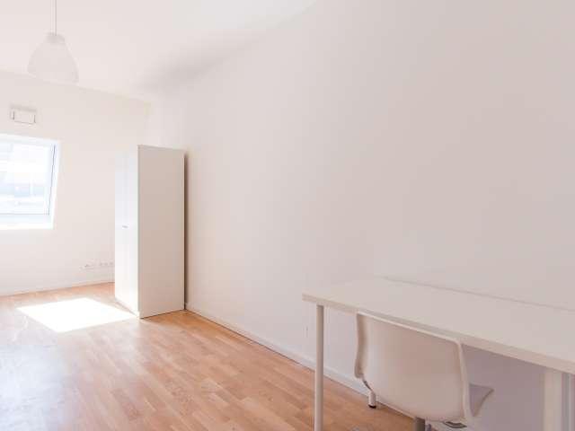 Luftiges Zimmer in 5-Zimmer-Wohnung in Mitte, Berlin