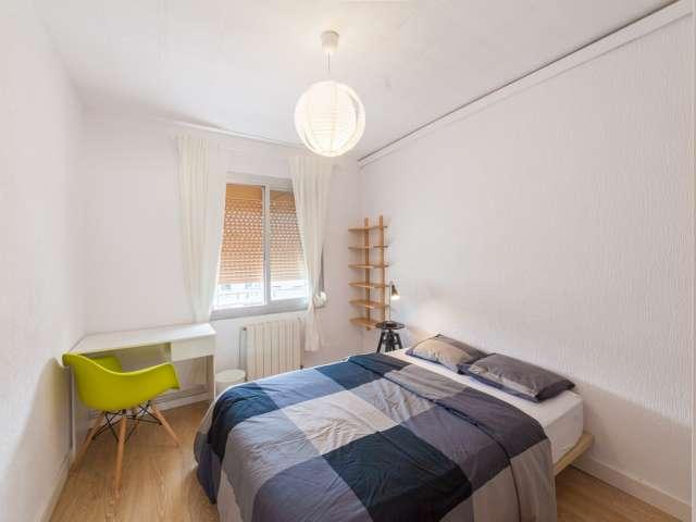 Room for rent in 4-bedroom apartment in Sant Martí