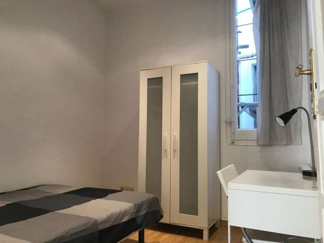Room for rent in 7-bedroom apartment in La Latina, Madrid