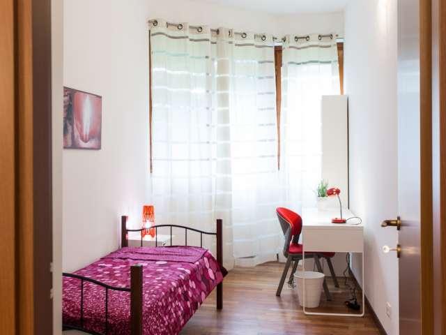 Accogliente camera in appartamento con 3 camere da letto a Stazione Centrale, Milano