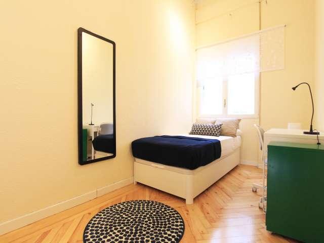 Cozy room in 7-bedroom apartment in Retiro, Madrid