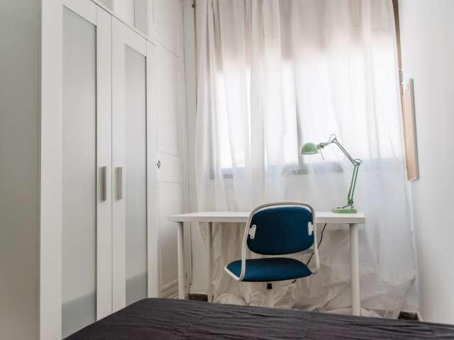 Se alquila habitación en piso de 8 dormitorios en L'Eixample.