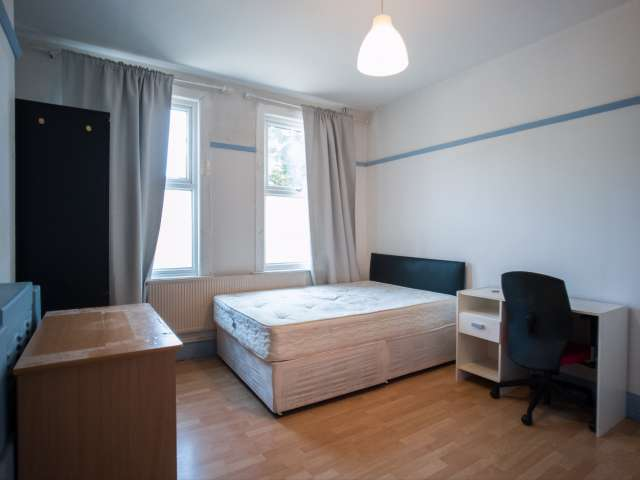 Bright room to rent in 5-bedroom flatshare in Islington