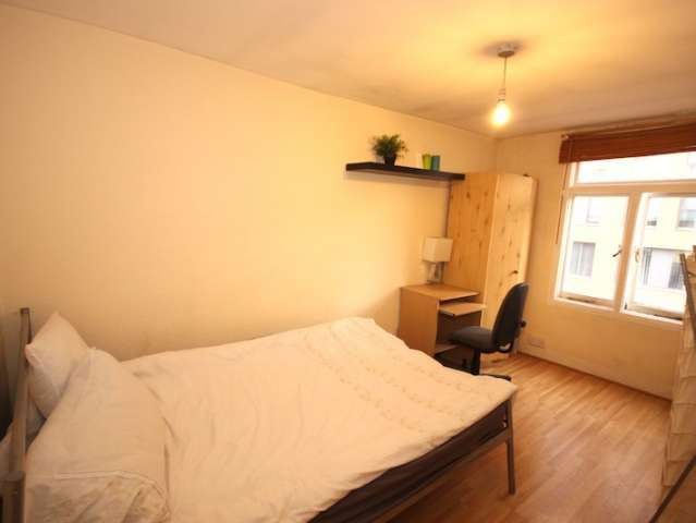 Double room for rent in 4-bedroom flat, Westminster