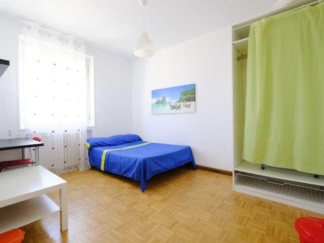 Grande chambre dans un appartement de 4 chambres à Latina, Madrid