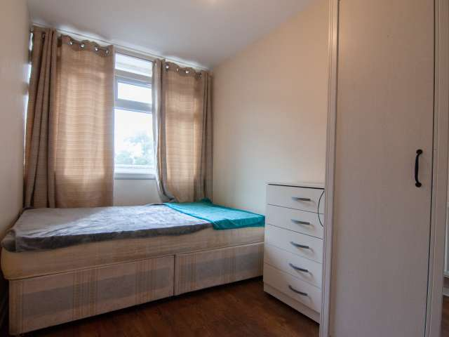 Room to rent in bright 5-bedroom apartment in Bethnal Green