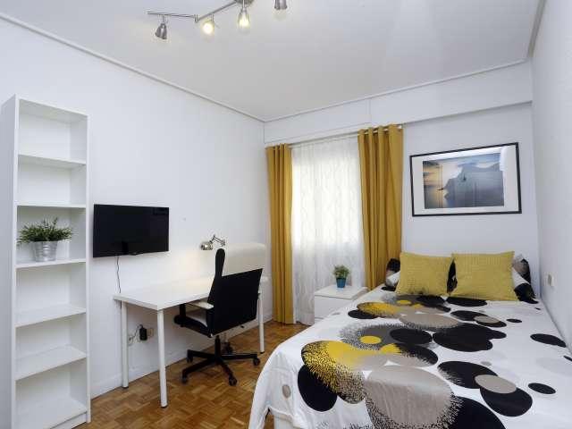 Rent a room in 5-bedroom apartment in Retiro, Madrid