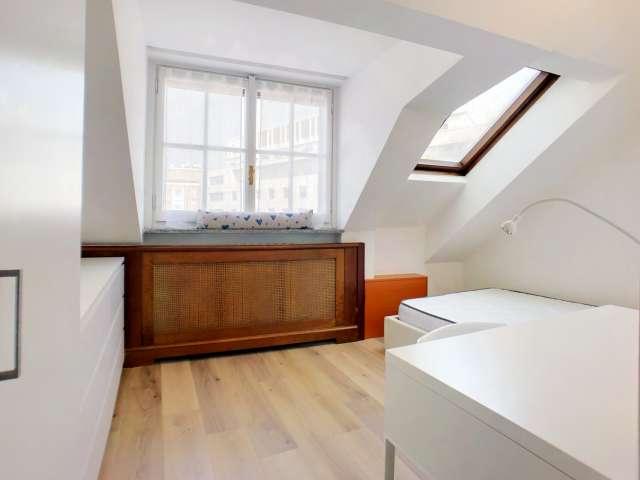 Spaziosa camera in affitto in appartamento con 8 camere da letto in Centro