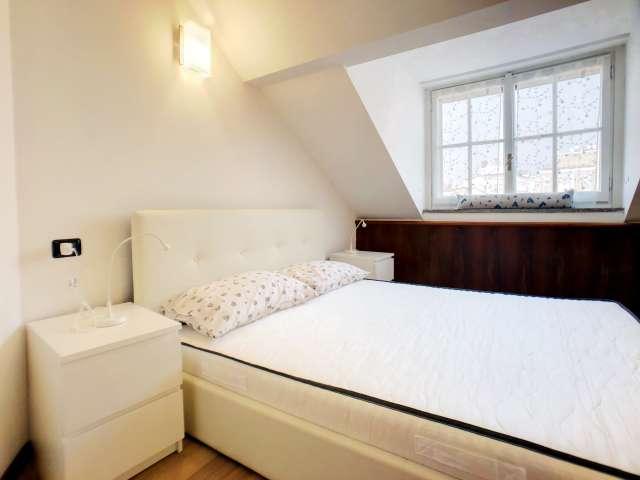 Luminosa camera in affitto in appartamento con 8 camere da letto in Centro