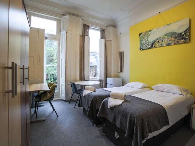 Spacious room to rent in 3-bedroom apartment in Kensington