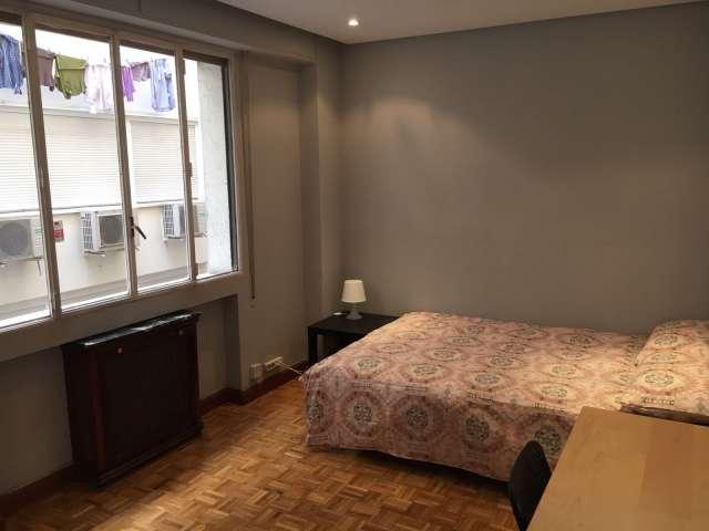 Chambre spacieuse dans un appartement de 6 chambres à Tetuán, Madrid