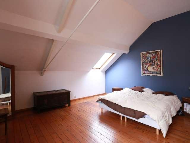 Spacious room in 5-bedroom house in Laeken. Brussels