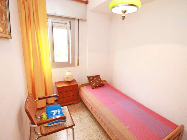 Equipped room in apartment in Horta Guinardó, Barcelona