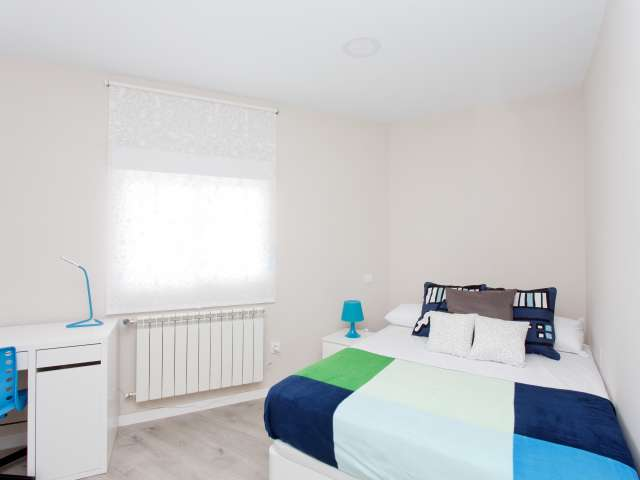 Interior room in 4-bed apartment in Cuatro Caminos, Madrid