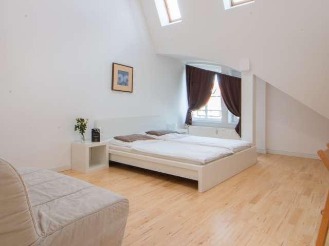 Großes Zimmer in einer Wohnung in Charlottenburg-Wilmersdorf, Berlin