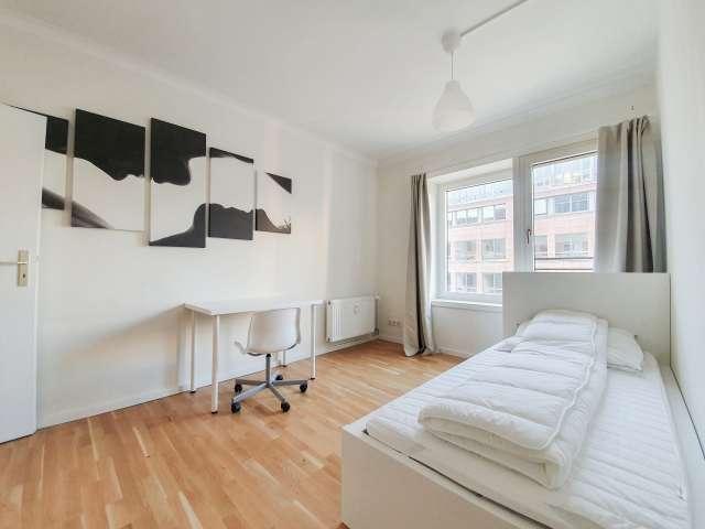 Cooles Zimmer zur Miete in Wohnung mit 4 Schlafzimmern, Mitte