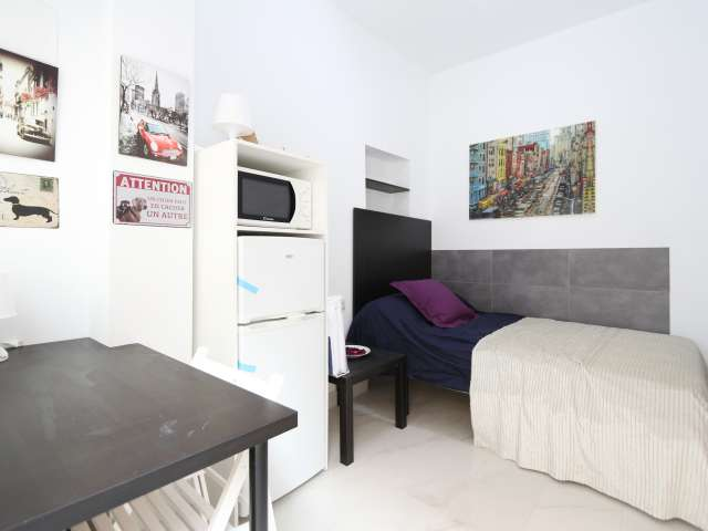 Cozy room in 8-bedroom apartment in Usera, Madrid