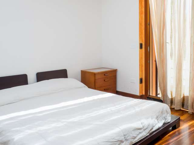 Stanza ampia in un appartamento di 5 locali, Isola, Milano