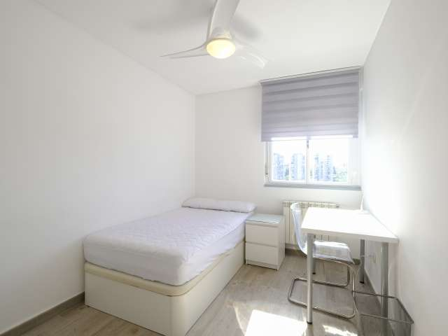 Simple room in 7-bedroom apartment in Aluche, Madrid