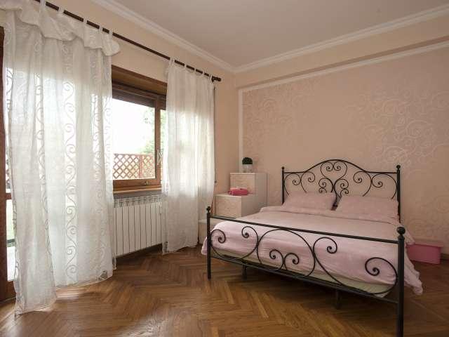 Ampia camera con balcone in affitto a Appio Latino, Roma