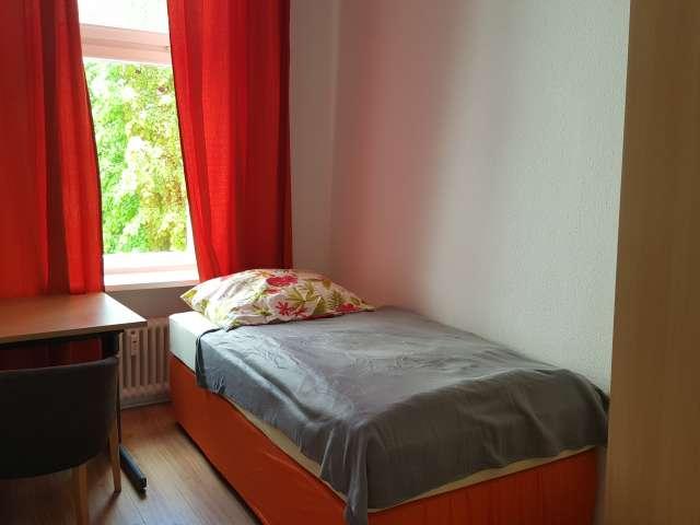 Zimmer zu vermieten in großer Wohnung mit 9 Schlafzimmern, Mitte, Berlin