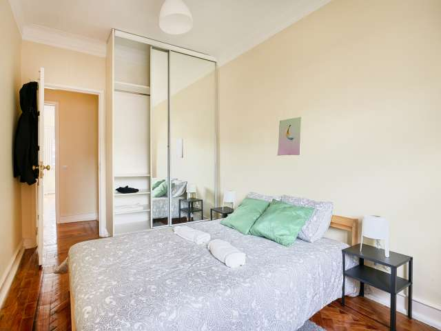 Room for rent in 6-bedroom apartment in Alvalade, Lisbon