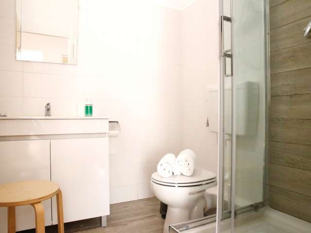 Fantastic room for rent in 5-bedroom house in Santo António
