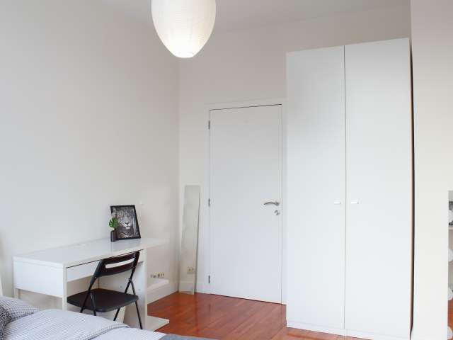 Pretty room for rent in 6-bedroom apartment in Jette