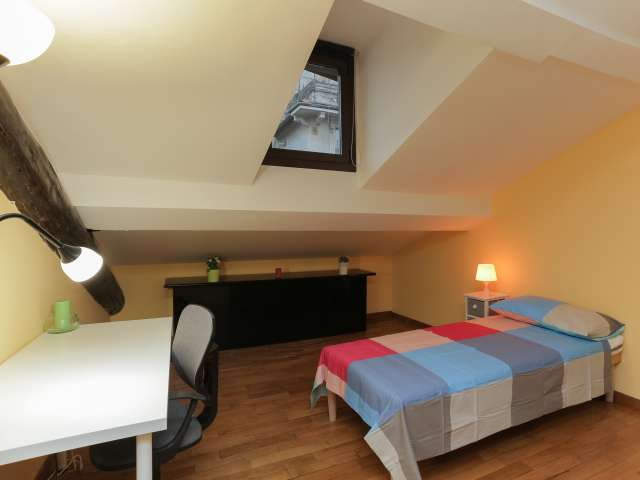 Ample room to rent in 5-bedroom apartment in Buenos Aires