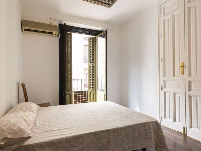 Chambre équipée dans un appartement partagé à Malasaña, Madrid