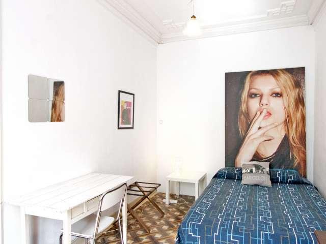 Chambre équipée dans un appartement de 5 chambres à l'Eixample, Barcelone