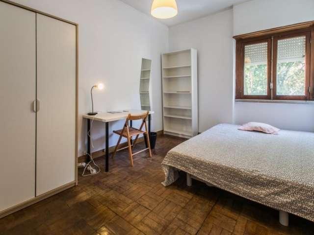 Quarto espaçoso, apartamento com 6 quartos em Campo de Ouri, Lisboa