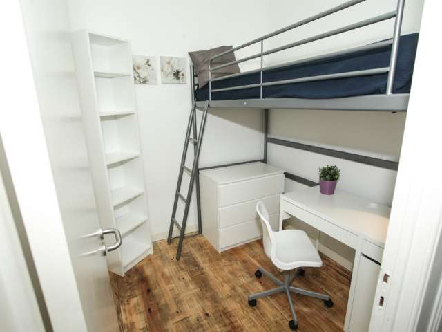 Cozy room for rent in 6-bedroom apartment in Campolide