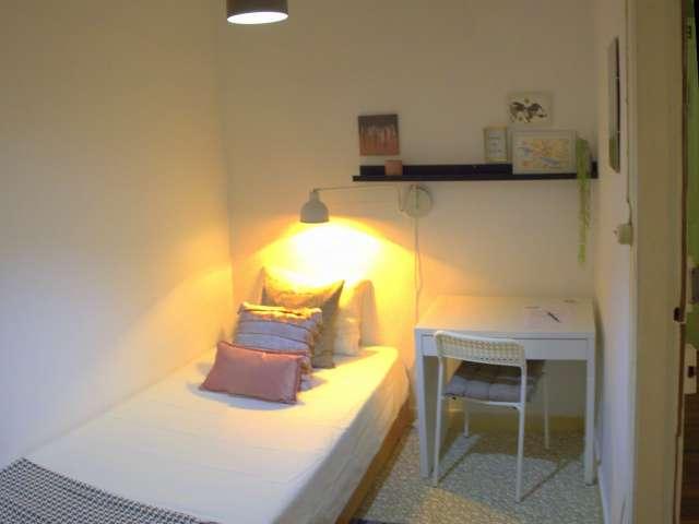 Quarto para alugar em apartamento de 7 quartos em Santo António