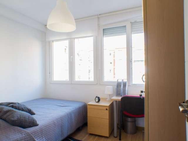 Chambre à louer, cool appartement de 4 chambres, Rios Rosas, Madrid