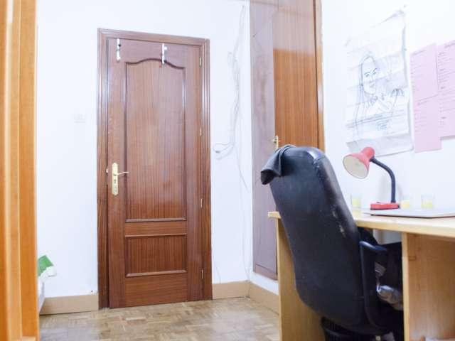 Möbliertes Zimmer zu vermieten in 4-Zimmer-Wohnung in Argüelles