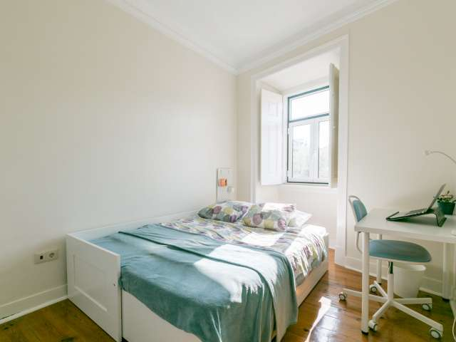 Airy room for rent, 4-bedroom apartment, Campo de Ourique