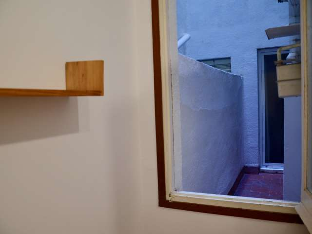 Cozy room in 3-bedroom apartment in Sarrià-Sant Gervasi