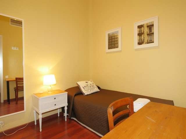 Chambre dans un appartement de 6 chambres à Eixample Dreta, Barcelone