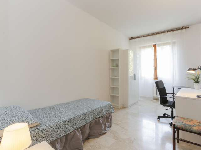 Cozy room in 4-bedroom apartment in Barona, Milan