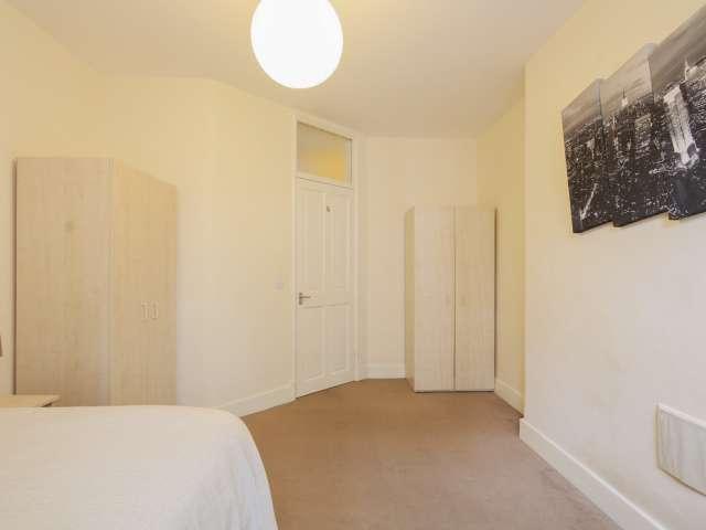 Luminous room in 3-bedroom flat in Camden, London