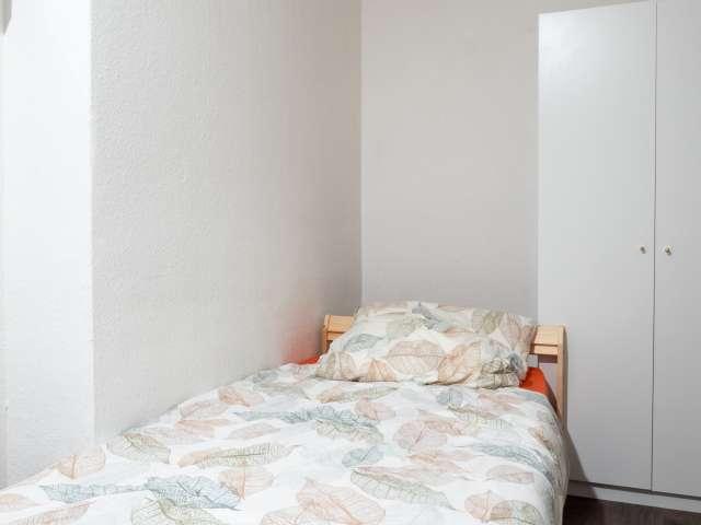 Helles Zimmer zur Miete in Wohnung mit 6 Schlafzimmern, Mitte