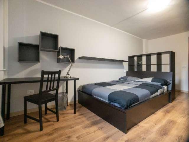 Se alquila habitación en el apartamento de 10 habitaciones en Precotto, Milán.