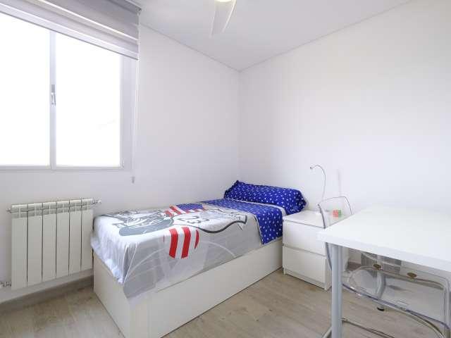 Cozy room in 7-bedroom apartment in Aluche, Madrid